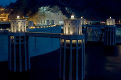 Le barrage de Hoover et ses tours illuminent sous un ciel nocturne photographie stock libre de droits