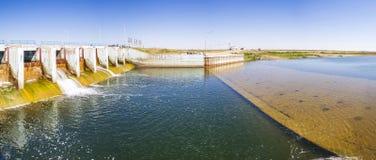 Le barrage de Kokaral en mer d'Aral Photographie stock libre de droits