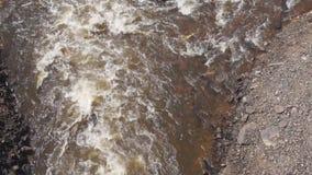 Le barrage est un barrage débordant avec de l'eau beaucoup Comme l'eau chute d'une hauteur Énorme pression de l'eau de couler dan banque de vidéos