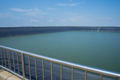 Le barrage sur la montagne Photographie stock