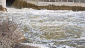 Le barrage vide l'eau sur la rivière banque de vidéos