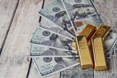 Le barre di oro hanno percorso sulla banconota su vecchio legno Abbia uno spazio per testo fotografie stock