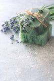 Le barre di sapone fatto a mano con lavanda fiorisce sopra la pietra neutrale b Fotografie Stock