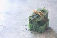 Le barre di sapone fatto a mano con lavanda fiorisce sopra la pietra neutrale s Fotografie Stock