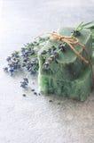 Le barre di sapone fatto a mano con lavanda fiorisce sopra la pietra neutrale s Fotografia Stock Libera da Diritti