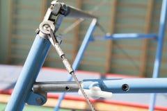 Le barre irregolari si chiudono su L'attrezzatura relativa alla ginnastica dell'attrezzatura della ginnastica nello stile d'annat fotografia stock libera da diritti