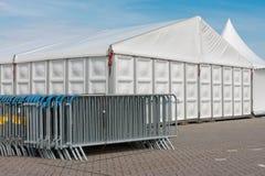 Le barriere di schiacciamento si avvicinano ad una grande tenda foranea Fotografia Stock Libera da Diritti