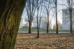 Le bas complexe d'usine photographiant par le parc pendant l'automne photo libre de droits