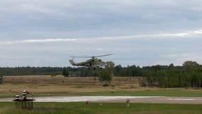 Le bas de vol d'hélicoptère au-dessus de la vidéo de piste banque de vidéos