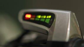 Le bas indicateur rouge de lumière de charge de batterie clignote sur le véhicule électrique, crise énergétique banque de vidéos