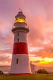 Le bas phare principal illuminé juste avant le coucher du soleil Photo stock