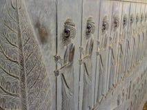 Le bas-relief d?peint les gardes - guerri?res de roi Soulagement antique sur le mur de la ville ruin?e de Persepolis photos libres de droits