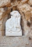 Le bas-relief dans le château de Santa Barbara a ruiné la chapelle Un guerrier avec le dragon de combat d'épée Alicante, Espagne Photographie stock libre de droits
