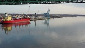 Le bas volant visuel aérien sur le fleuve Delaware vers Walt Whitman Bridge Philadelphia banque de vidéos