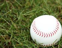 Le base-ball dans l'herbe Images libres de droits
