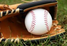 Le base-ball dans le gant Images libres de droits