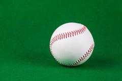 Le base-ball de base-ball sur le fond vert Photos libres de droits