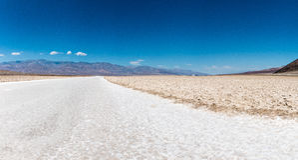 Le bassin de Badwater est un bassin en parc national de Death Valley Photographie stock libre de droits