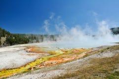 Le bassin intermédiaire de geyser Photographie stock