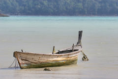 Le bateau à rames de Moken Image stock