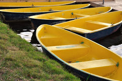 Le bateau à rames jaune Photographie stock libre de droits