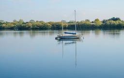 Le bateau à voile a amarré aux eaux de Fairlop, Essex Image libre de droits