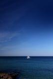 Le bateau à voiles et l'océan Images libres de droits