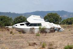 le bateau a été détruit et abandonné après un ouragan Images libres de droits