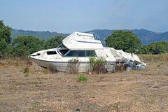 le bateau a été détruit et abandonné après un ouragan Image libre de droits