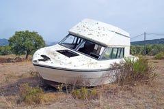 le bateau a été détruit et abandonné après un ouragan Photographie stock libre de droits