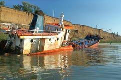 Le bateau a été lavé à terre par une rafale entière Photographie stock libre de droits