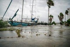 Le bateau abandonné de voilier a détruit sur un lac texas Images libres de droits