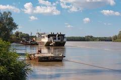 Le bateau abandonné en rivière en Italie a appelé le PO Images libres de droits
