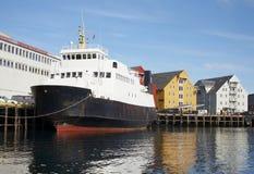Le bateau amarré à quai. La ville de Tromso. Images libres de droits