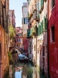 Le bateau a amarré dans un petit canal Venise, Italie Photos libres de droits