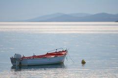 Le bateau a amarré sur la mer calme photographie stock