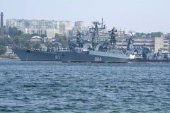 Le bateau anti-sous-marin de courrier escargot démontre l'attaque de torpille dans Sev images libres de droits
