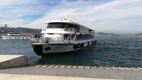 Le bateau arrive sur les docks photo stock
