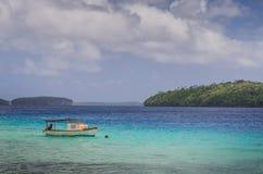 Le bateau au sable de blanc échoue au Royaume de Tonga Images libres de droits