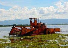 Le bateau automatique de nettoyage enlèvent la jacinthe d'eau dans le marais Image libre de droits