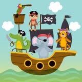 Le bateau avec des animaux de pirates nage sur la mer Image stock