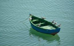 Le bateau avec des mouettes Photos stock