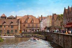 Le bateau avec des touristes sur la rivière à Bruges Image libre de droits