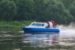 le bateau avec le propulseur abaisse la rivière photos stock