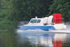 le bateau avec le propulseur abaisse la rivière photo libre de droits