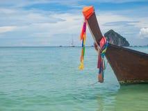 Le bateau avec le tissu est coloré Image stock