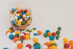 Le bateau avec les boules colorées a dispersé sur le fond blanc Photo stock