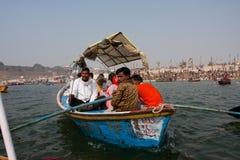 Le bateau avec les pèlerins indous navigue chez le Gange Image libre de droits