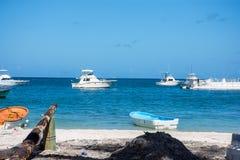 Le bateau blanc fait la pêche avec la rotation sur un grand poisson de mer en mer des Caraïbes Photo stock