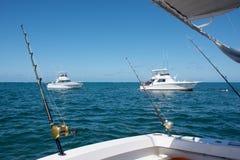 Le bateau blanc fait la pêche avec la rotation sur un grand poisson de mer en mer des Caraïbes Photographie stock libre de droits